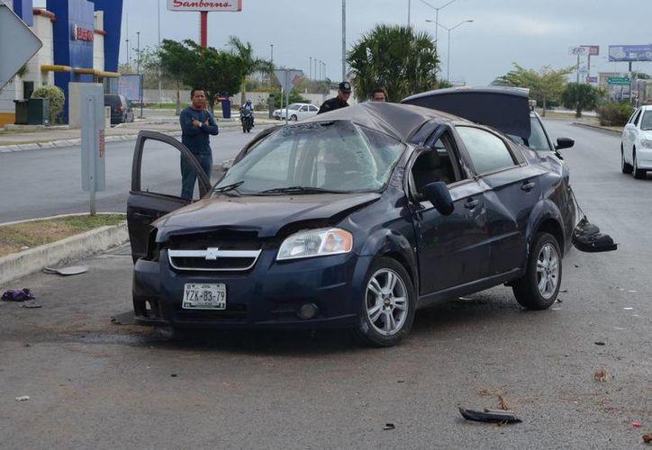 El Aveo quedó muy dañado, tras la volcadura frente a Plaza Comercial Altabrisa. (Cuauhtémoc Moreno/SIPSE)