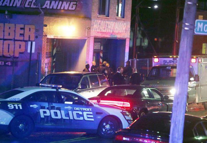 Policías llegan al sitio del tiroteo, en un centro comercial. (AP)