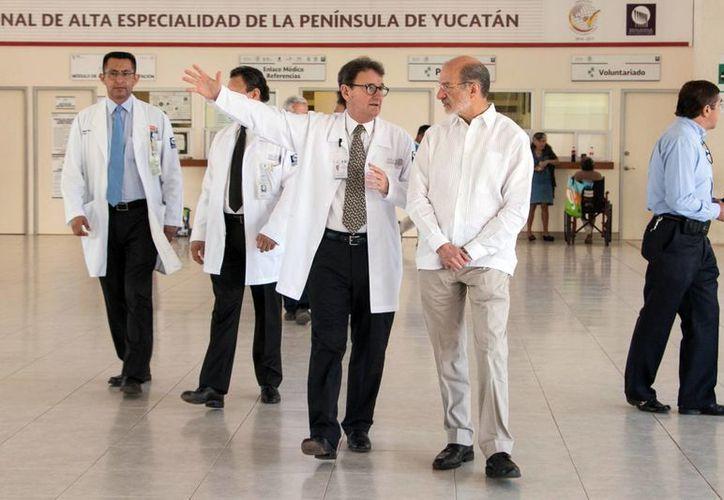 La reunión de los titulares de Salud se efectuó en las instalaciones del HRAE. Imagen de contexto de un grupo de especialistas en uno de los pasillos del Hospital de Alta Especialidad. (Milenio Novedades)
