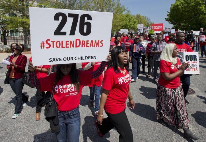 Manifestantes marchan frente a la embajada de Nigeria en el noroeste de Washington, Martes, en protesta por el secuestro de cerca de 300 alumnas adolescentes, en una escuela en el remoto noreste de Nigeria hace tres semanas. (Agencias)
