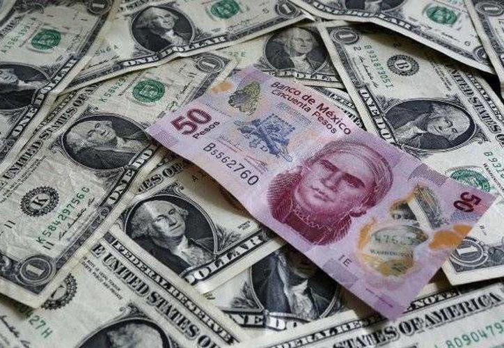 Cercano el medio día de este miércoles, el dólar alcanzó un máximo de 17.44 pesos en ventanillas. (Reuters)