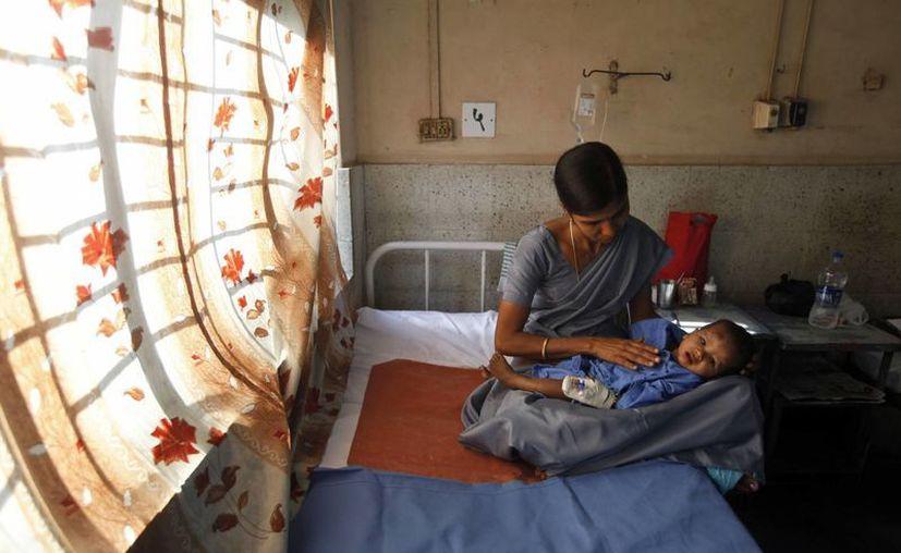 Los propios residentes  del edificio derrumbado auxiliaron a algunas víctimas para que fueran trasladadas al hospital. (Agencias)