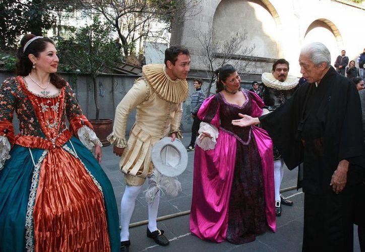 Los participantes en la ceremonia utilizaron ropa de la época en que se realizó el viaje, hace cuatro siglos. (EFE)