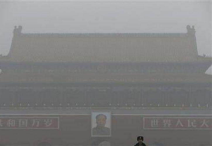 Beijing emitió hoy su primer alerta roja por contaminación ambiental, instó a las escuelas a cerrar e invocó restricciones a fábricas y el tránsito que mantendrá inactiva la mitad de los vehículos de la ciudad. (AP)