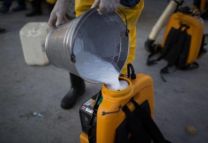 Un trabajador de salud vierte insecticida en un aspersor durante un operativo de combate al mosco Aedes aegypti, transmisor del dengue, chikunguya y Zika, en el Sambadrome de Rio de Janeiro, Brazil, uno de los países más afectados por el virus del Zika. (AP)