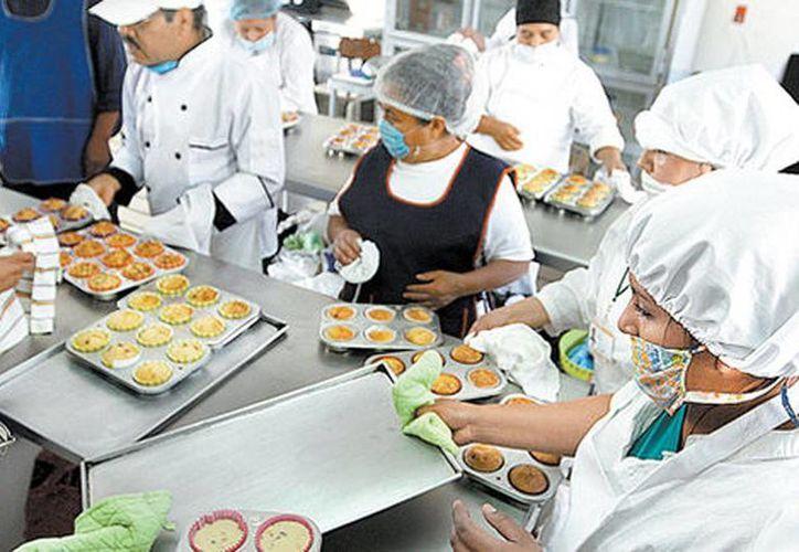 Aprenden a preparar pan; una alumna inclusive acude con su hija, a falta de guardería. (Mónica González/Milenio)