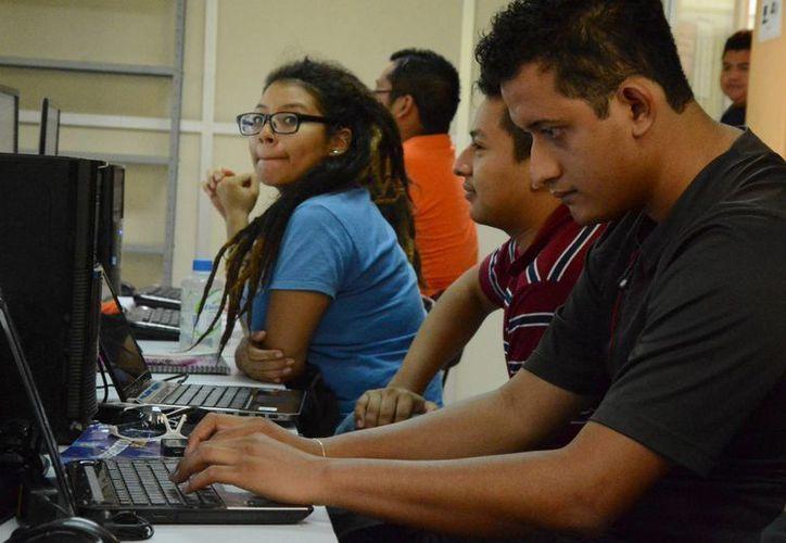 Los resultados del concurso para ingresar al bachillerato se publicarán exclusivamente en Internet el 29 de julio, mediante la Gaceta electrónica de resultados. Imagen de un grupo de jóvenes mientras usan el internet. (Archivo/SIPSE)