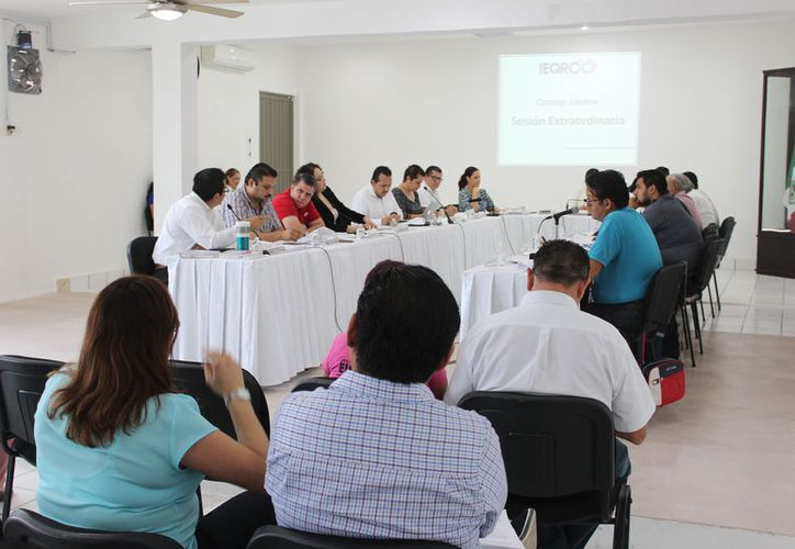 Integrantes del Instituto Electoral de Quintana Roo deliberan sobre los resultados de los respaldos ciudadanos de candidatos independientes. (Joel Zamora/SIPSE)
