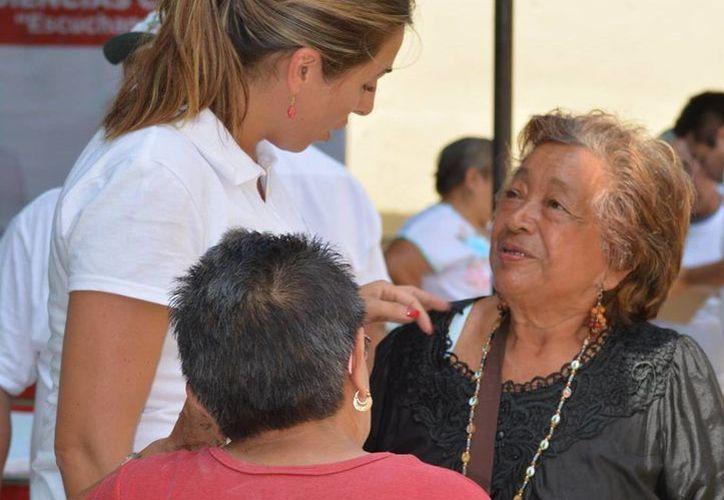 Jéssica Saidén Quiroz, en reunión con jubilados de Progreso. (Milenio Novedades)