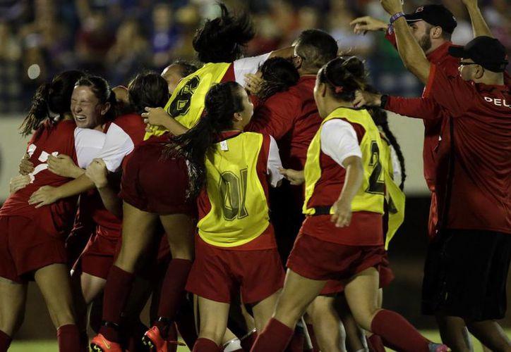 Indígenas de Canadá celebran su victoria en la final de fútbol femenino una de las modalidades de los primeros Juegos Mundiales de los Pueblos Indígenas en Palmas (Brasil). (EFE)