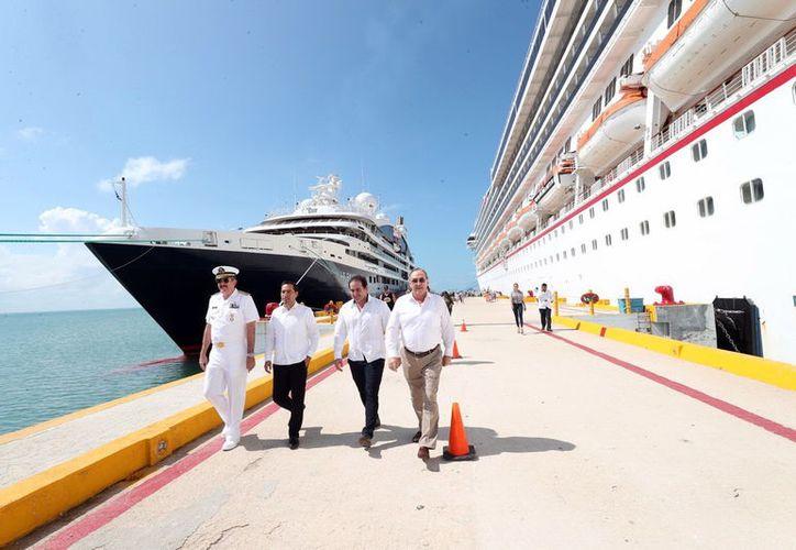 Mauricio Vila asistió a la llegada del crucero a Progreso.(Foto: Novedades Yucatán)