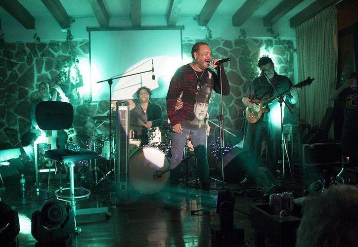 El cantante cubano subió al escenario acompañado de su hermano Miguel Ángel.  (Faride Cetina/SIPSE)