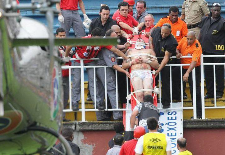 Tras la suspensión del partido entre Vasco da Gama y Atlético Paranaense, un helicóptero debió aterrizar en el campo de juego para poder trasladar a uno de los lesionados. (Agencias)