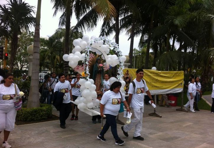 Los peregrinos salieron desde la iglesia de Cristo Resucitado en el bulevar Kukulcán. (Pedro Olive/SIPSE)