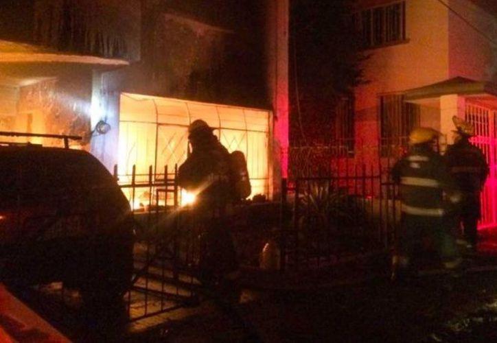 Mientras unos bomberos apagaban el incendio, otros ingresaron para tratar de rescatar a la gente. (Excelsior)