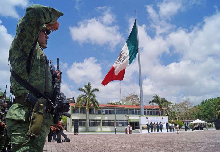 Cornelio Casio Hernández, General de Brigada Diplomado de Estado Mayor, y Comandante de la Guarnición Militar de Cancún, Q. Roo, tomó protesta de Bandera a los integrantes del SMN. (Foto: Ivett y Cos/SIPSE).