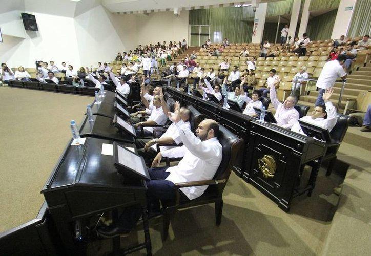 Diputados yucatecos en la sesión de este viernes, con la cual se puso en marcha nuevo periodo ordinario de sesiones. (SIPSE)