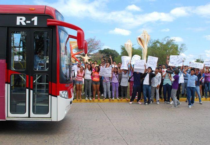 Cancunenses se manifestaron contra el aumento en la tarifa del transporte urbano. (Tomás Álvarez/SIPSE)