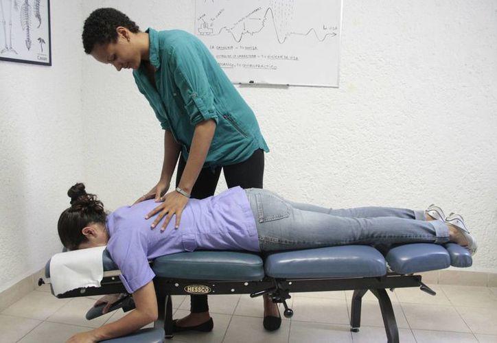 En caso de alguna lesión en las vértebras recomiendan no dejarlo a la deriva y que acudan con un ortopedista y neurocirujano. (Tomás Álvarez/SIPSE)