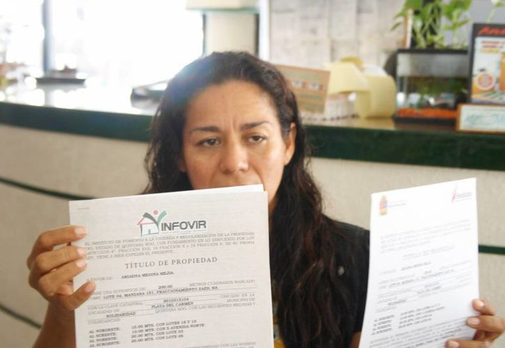 Lulú Solano Mena exhibe la Averiguación Previa 571/2014 en contra del funcionario.  (Carlos Calzado/SIPSE)