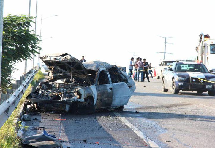 Las autoridades aún no establecen cómo ocurrió el accidente en el que un joven murió quemado dentro de su auto. Lo que ahora se sabe es que no viajaba sólo: su tío venía con él. (Aldo Pallota/SIPSE)