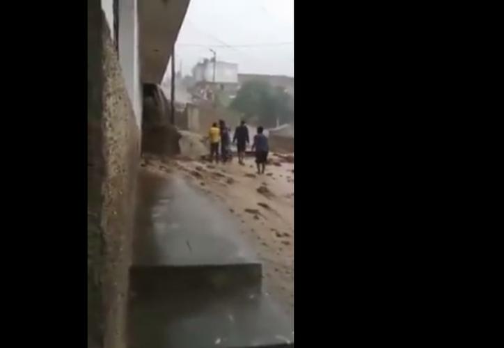 La desesperación reinó cuando un alud de tierra pasó por encima de una vivienda en Perú. (Captura Youtube).
