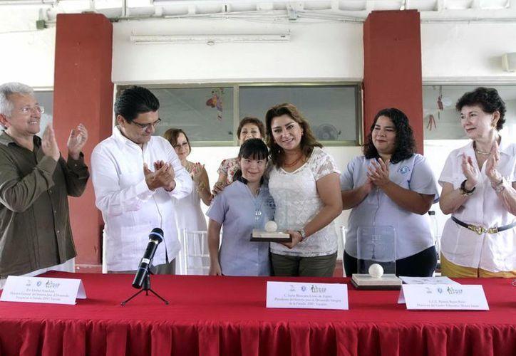 La presidenta del DIF Yucatán encabezó el evento donde se entregó el primer  Premio Estatal en Derechos Humanos al Empleador Incluyente. (Milenio Novedades)