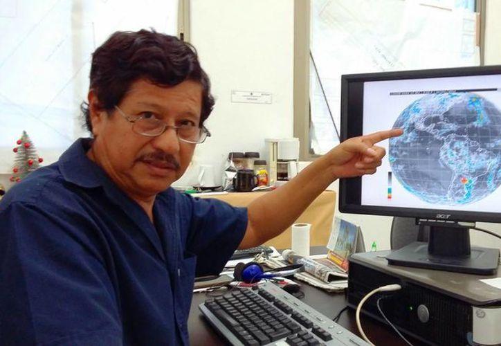 El meteorólogo municipal, Antonio Morales Ocaña, se reunirá con los operadores del cazahuracanes que visitará Cozumel. (Daniel Pacheco/SIPSE)