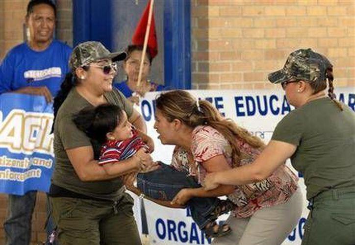 Un grupo de activistas, que demanda una reforma migratoria integral, realizan una representación para tratan de conscientizar sobre las consecuencias de las actuales leyes que provocan la separación entre madres e hijos que ingresaron al país en forma ilegal. (Agencias)