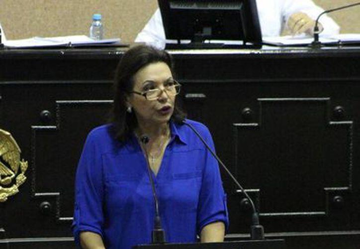 La diputada Sofía Castro Romero al subir a la tribuna en la primera sesión del tercer año de ejercicio de la actual Legislatura. (SIPSE)