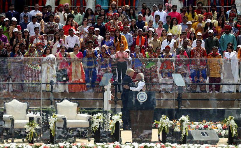 Cientos de personas observan al presidente estadounidense Donald Trump y al primer ministro indio Narendra Modi abrazarse en el estadio Sardar Patel en Ahmedabad, India. (Foto AP / Aijaz Rahi)