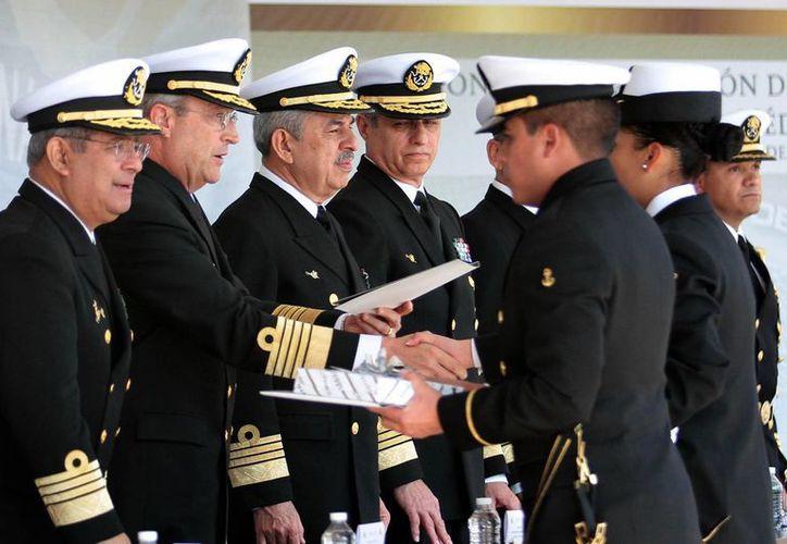 Acompañado de altos mandos de la Armada, el titular de Semar, Vidal Francisco Soberón Sanz, encabezó la ceremonia de graduación de la Generación XXIII de la Escuela Médico Naval. (Foto: Notimex)