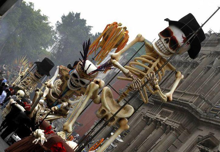 En el primer día de la Primavera, varias calles del Centro Histórico de la Ciudad de México, fueron objeto del desfile de más de mil extras como parte del rodaje de Spectre, de James Bond. (Notimex)