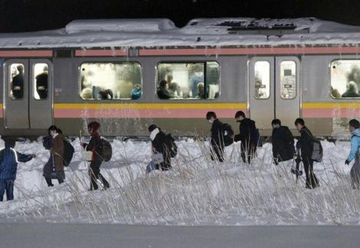 Servicios de emergencia y la compañía ferroviaria, consiguieron evacuar a los pasajeros. (Contexto)