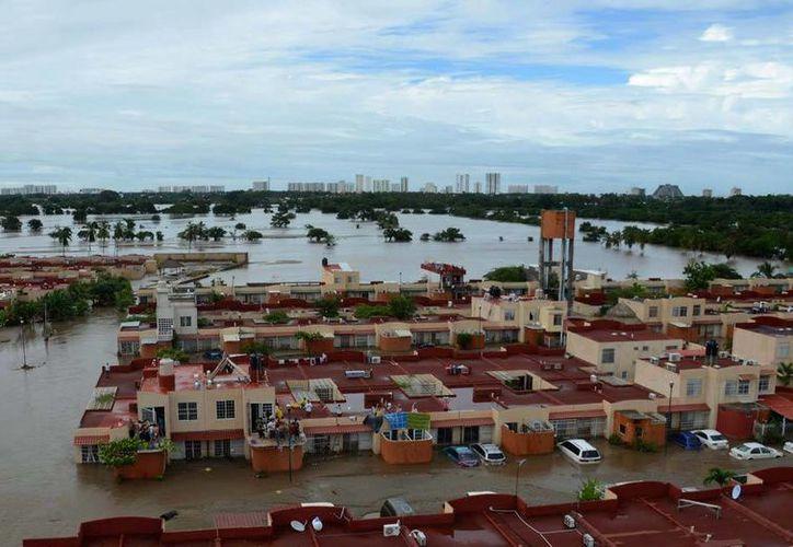 Panorámica de una colonia de Acapulco, Guerrero, que muestra los estragos de las inundaciones. (AP)