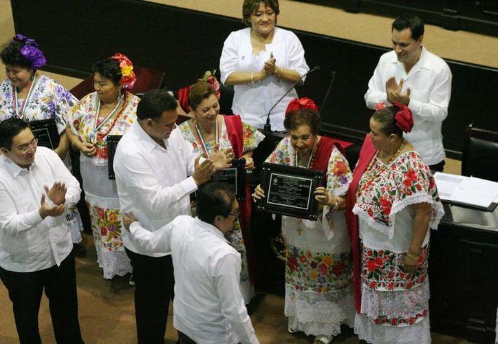 El gobernador Rolando Zapata entregó el galardón a 'Las Maya Internacional'. (Cortesía)