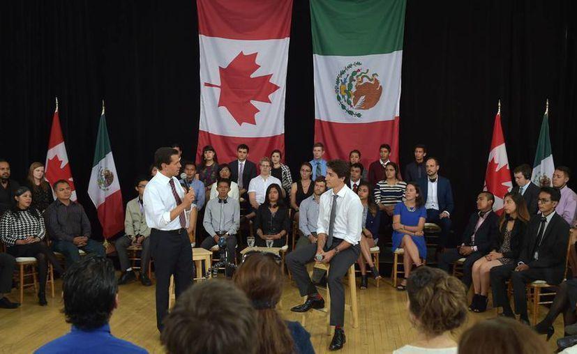 Peña Nieto se reunió este lunes con estudiantes mexicanos y canadiendes, le acompañó el premier canadiense Justin Trudeau. (Presidencia)
