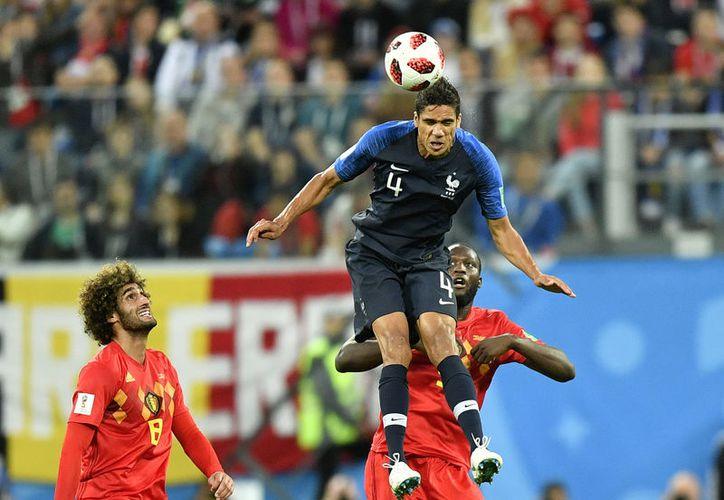 El francés Raphael Varane ha ganado muchos títulos en el futbol, pero nunca un Mundial, y este doming podría ser (Foto AP)