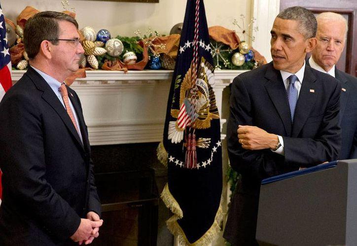 Ashton Carter (izq.) es el nuevo secretario de la Defensa, cargo que 'recibió' esta mañana de manos del presidente Barack Obama. (AP)