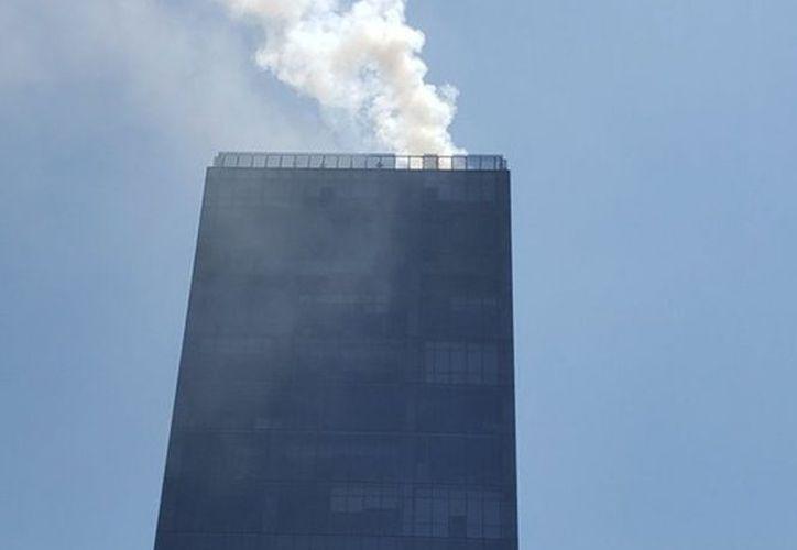 El personal tuvo que ser desalojado para controlar el incendio. (Excélsior)
