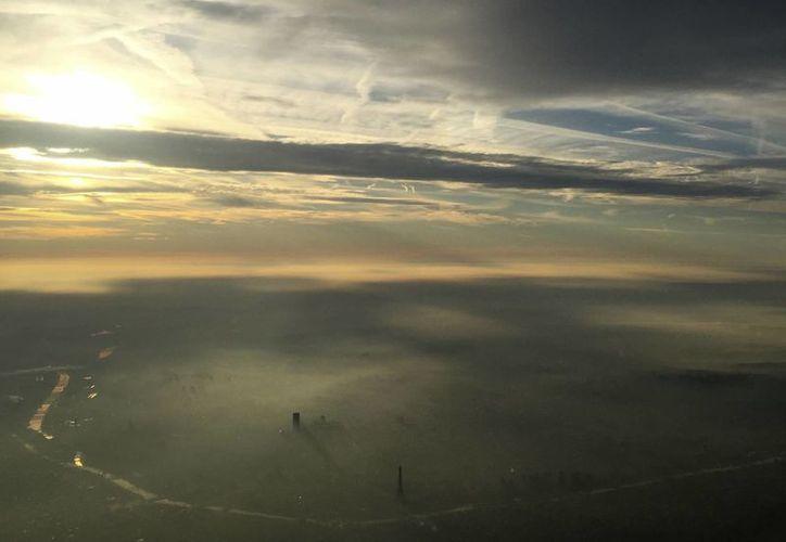 Una oscura nube con partículas tóxicas está causando daños en el aparato respiratorio de los habitantes de París. (AP/Milos Krivokapic)