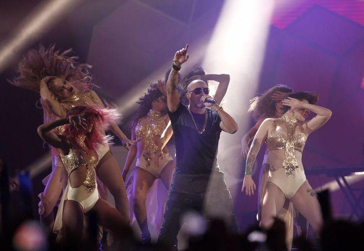El cantante de reggaetón Wisin se encuentra listo para iniciar su próxima gira mundial, que se inicia el 29 de julio. La foto corresponde a su presentación en los Premios 40 principales en Madrid. (Notimex)