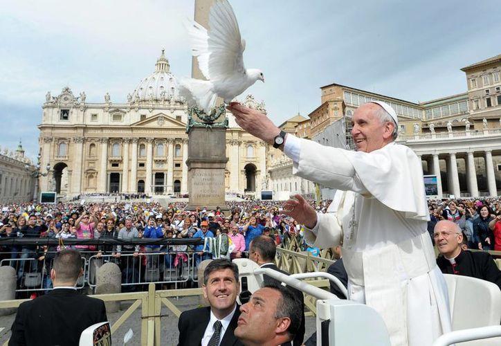 El papa Francisco libera a dos palomas durante la audiencia pública de los miércoles. (Agencias)