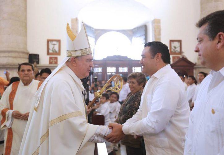 El arzobispo de Yucatán, Emilio Carlos Berlie Belaunzarán, encabezó la misa por el 473 aniversario de Mérida. (SIPSE)