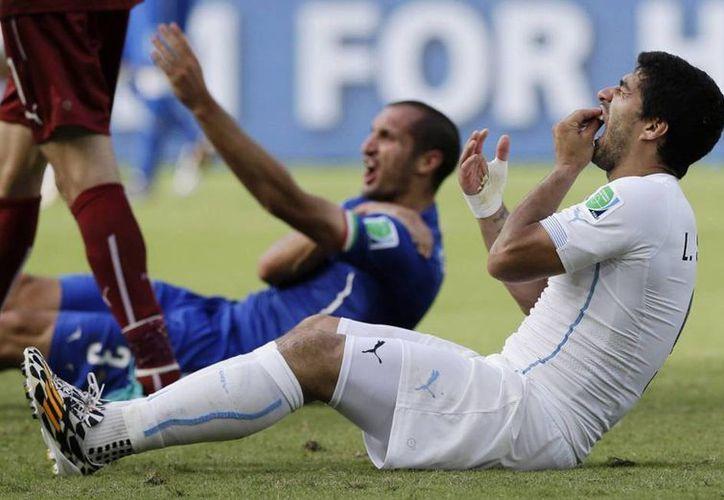 Según Luis Suárez, la tensión y presión en el partido del Mundial provocaron que mordiera al italiano Giorgio Chiellini. (AP)