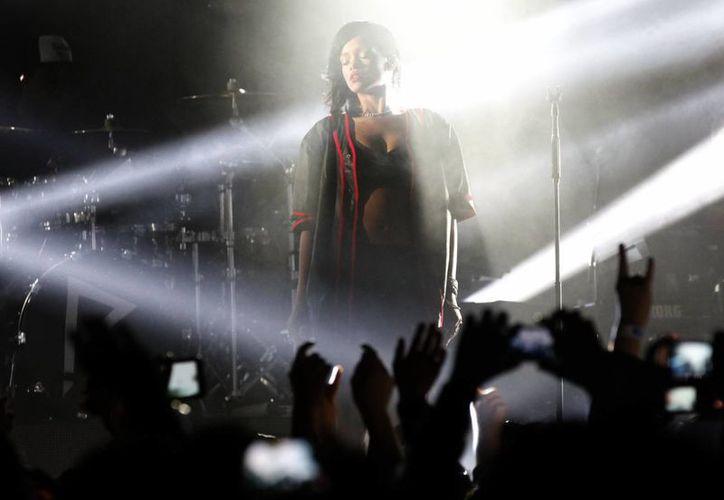 A Rihanna no le importa lo que digan de su relación con Brown, con quien se encuentra 'feliz', dice. (Archivo Notimex)