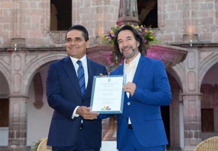 En la foto, Marco Antonio Solís recibe reconocimiento por parte del gobernador Silvano Aureoles Conejo. (Foto tomada de Facebook/ Gobierno de Michoacán)
