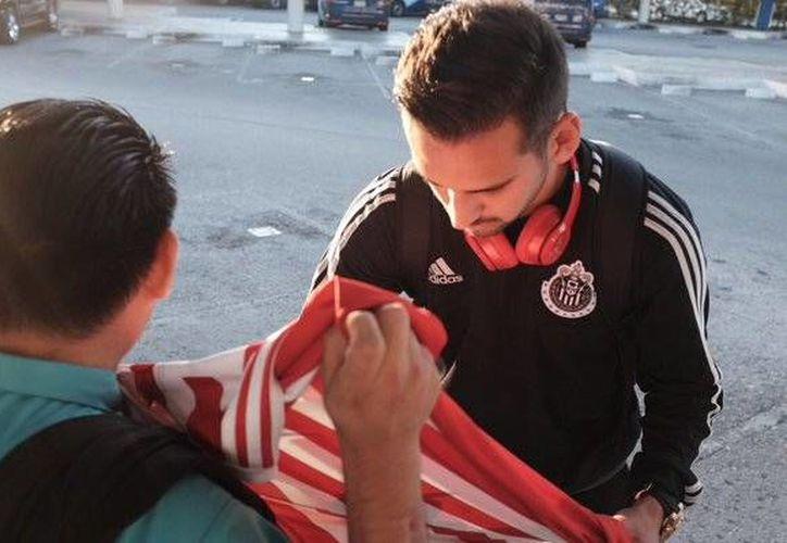 Los fans de las chivas acudieron al Aeropuerto Internacional de Cancún para recibir a los jugadores. (Twitter/@Chivas)