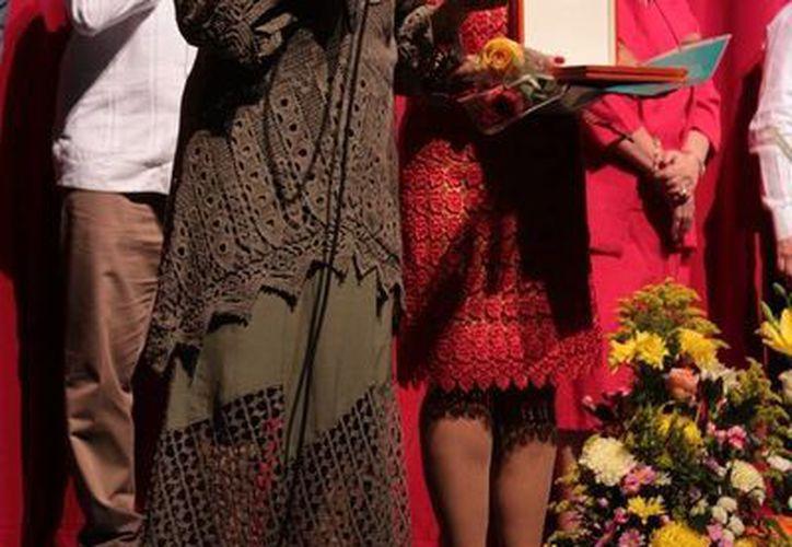 La maestra Socorro Cerón, recibió la presea 'Toda una vida en la danza'. (Fotos cortesía)