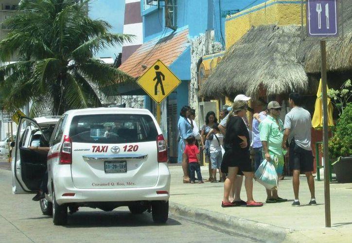 Los taxis de Cozumel pondrán en marcha una App para brindar servicio en la isla. (Irving Canul/SIPSE)